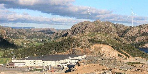 Asko har bygget to store vindmøller.