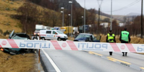 To personbiler frontkolliderte på E39 ved Kyllingstad fredag formiddag. Den ene føreren, en mann i 40-årene, omkom.