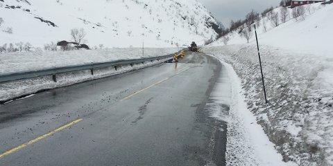 Fylkesvei 45 gjennom Hunnedalen ble stengt sent torsdag kveld grunnet flom. Fredag formiddag ble veien åpnet igjen.