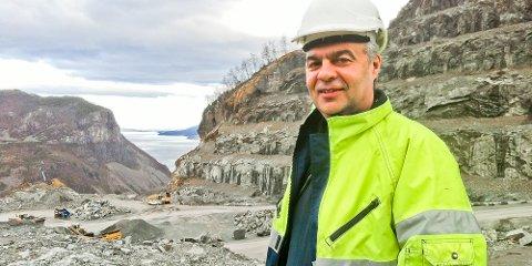 På klare dager ser Norstone-arbeiderne flammen på Kårstø, forklarer Harald Frafjord.