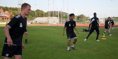 ÅFK-spillerne Lars Thomas Hummervoll, til venstre, og Simen Melhus melder overgang til Sola. Her spiller fra før tidligere ÅFK-keeper Janvier Ndikumana, til høyre.