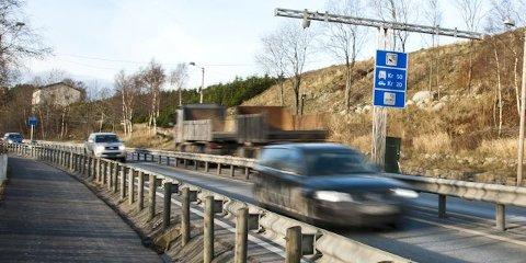 Både rekkverket mellom E39 og gang- og sykkelveien og midtdeleren skal byttes ut.