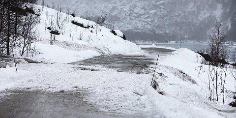 Veien har vært stengt etter snøras.