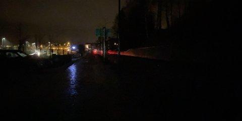 MØRKT: Gatelysene i Glommengata var mandag kveld ute av drift, noe som førte til at både bilister og fotgjengere måtte ferdes i stummende mørke.