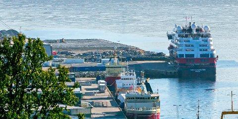 Her ligger hurtigruteskipet MS Roald Amundsen til kai i Breivika i Tromsø mandag.