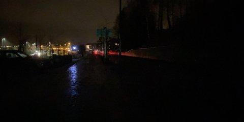Manglende gatelys er et gjentagende problem vinterstid, og ikke alltid så lett å få rettet på. Dette bildet er fra Glommengata, hvor det forøvrig lyser som det skal.
