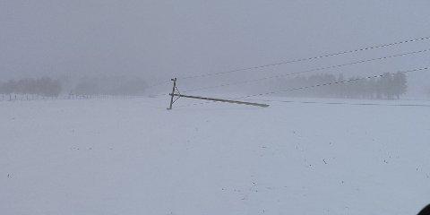 Vinden tok med seg høyspentlinjer i norddalen tirsdag kveld.