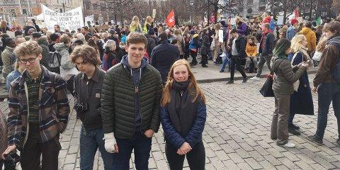 STREIK: Oliver Arnet Evje og Dina Stenbråten streiket for klimaet foran Stortinget fredag.