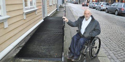 Etter boka: – Denne rullestolrampen i Borgergata er eksemplarisk, sier Willy Aagaard. Han mener mange har mye å lære av denne gårdeieren.