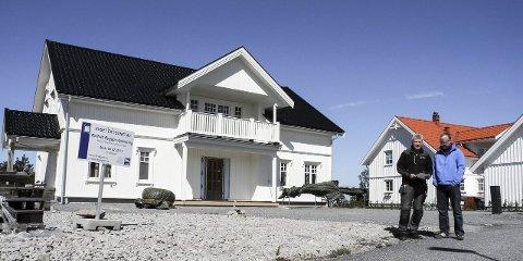 BEFARING: Tømrer Magne H. Karlsen (tv) og bygningsingeniør Knut Haasted Johannessen (tv) har hatt oppdrag for flere huseiere på Brattskott.