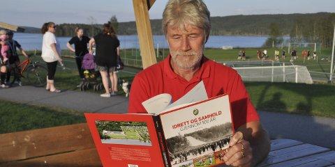 Flott jubileumsbok: TTIF-leder Tron Grandal blar stolt i jubileumsboka som er ført i pennen av Roger Prang. Han er selv en viktig del av «Idrett og samhold gjennom 100 år».