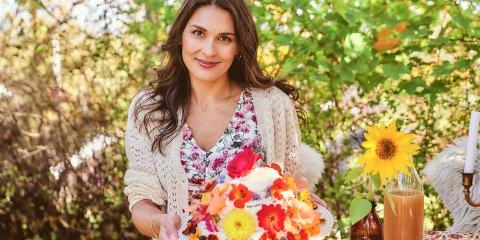 Mariangela, som har vokst opp i Halden, har fått eget TV-program på Matkanalen. Her viser hun fram en kake med spiselige blomster.