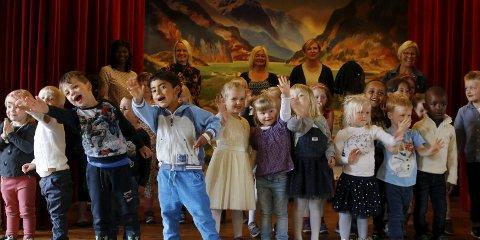 SANG og danset: Barna i barnehagen underholdt foreldre med sang og dans. Etterpå solgte de kunsten sin til inntekt for barn som ikke har det så bra i Uganda.
