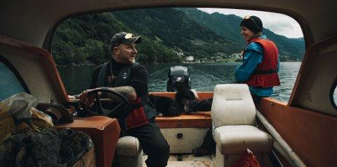 På fiske i Sørfjorden: Morgan Vikne er ivrig fisker. Her sammen med Tone Juell Hope.