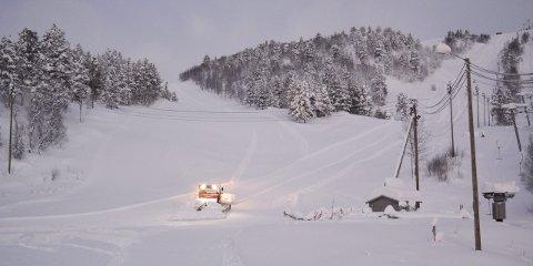 TRÅKKER DØGNET RUNDT: Det er lenge siden at alpinanlegget i Alta har fått en så god start før jul. Før det store snøfallet slet anlegget med å produsere nok snø, men nå har dem nok med å             tråkke ned snøen. Dermed kan det virke som om det lave besøkstallet i fjor vil snu. Da var det 5.700 betalende gjester, men året før var det over 10.000. Så daglig leder Synnøve Opgård Andersen er ikke i tvil om at årets snøfall vil gjøre årets sesong    mye bedre enn 2015, som var nesten uten snø.