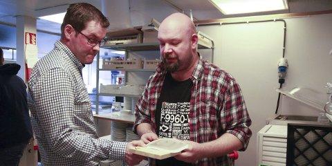 INN MED FISK: Tor-Emil Sivertsen har serveringsanretningen for Yukigassens fish and chips klar. Både han og sjømatsenterleder Leif Haughom vil se sunn mat på festivalene i fylket, og starter med Yukigassen.
