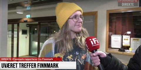 FLYFAST I LAKSELV: Trine Skåland fra Honningsvåg er ved godt mot, selv om det har blitt mange timer på flyplassen i dag.