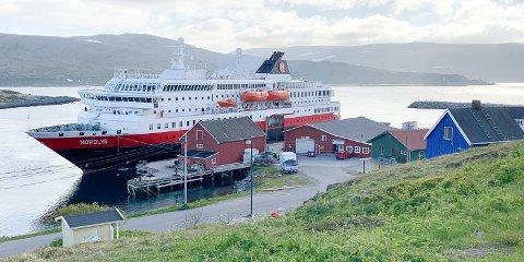 Hurtigruteskipet Nordlys til havn i Mehamn.