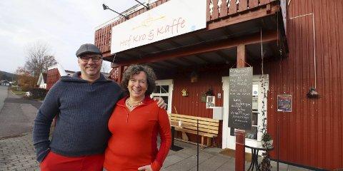GRUNN TIL Å SMILE: Jens Pokorny og Gabriele Hager har drevet Hof Kro & Kaffe i to år. Torsdag fikk de smilefjes-plakat fra Mattilsynets inspektører for tredje gang på rad.