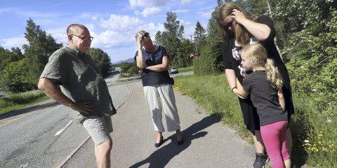 På befaring: Therese Hvidsten Amundsen og datteren Leah Sofie (6), ble hørt. Torsdag kom ordfører Elin Gran Weggesrud og leder av hovedutvalg for samferdsel i fylket, Arve Høiberg til Sundbyfoss, for å se på fartsproblemene.foto: jarl rehn-Erichsen
