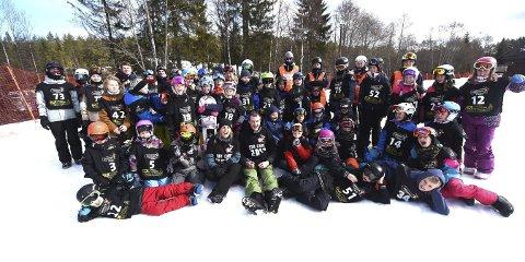 GLAD GJENG: Her er deltakere og instruktører på brettcrosskurset samlet lørdag sammen med Helene Olafsen og Stian Sivertzen i Funkelia.alle foto: ole john Hostvedt