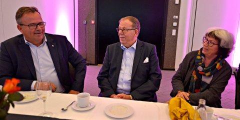 80 ÅR: Søndag var det feiring med familien, i går med kameratene, onsdag med kolleger, for Ragnar Syvertsen. Her med kona Tone og Per Mikkelsen i PK Eiendom.