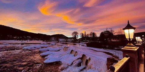 SOLNEDGANG: Det har vært noen fine dager i det siste - og mandag kveld var det vakker solnedgang i fine farger i Kongsberg.