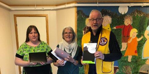 Kirsti Arctander og Britt Amundsen tar – på vegne av barn og unge ved «Torvhaugan» – imot gaven fra Arne Christoffersen og Lions Club Lofoten.