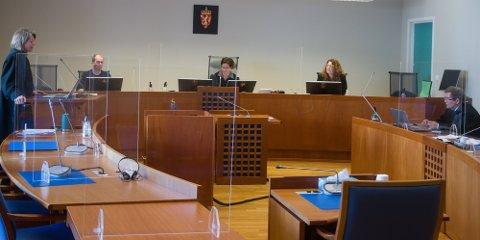 TILTALEN: Aktor, politiadvokat Berit Woxen (til venstre) leser opp tiltalen mot lyngdølen. Til høyre, mannens forsvarer, advokat Knut Lerum. I midten rettens administrator, tingrettsdommer Hilde K. Sakariassen. Til venstre for henne meddommer Ivar Larsen Fidje. Til høyre meddommer Mary-Ann Skårdal.