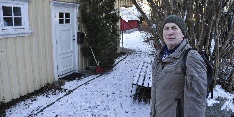 OFFENTLIG REGULERT GATE: Denne traseen i Strandveien var i gamle dager atkomsten til dampskipsbrygga. – Veien bør skiltes som offentlig gangvei, ikke privatiseres, sier Ivar Gudmundsen og Soon og Omegns Vel.
