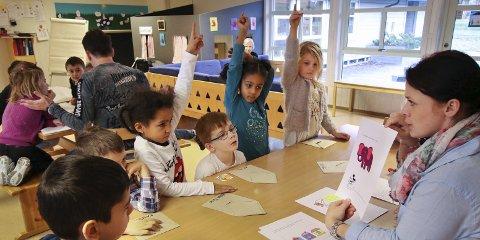 IVRIGE: Barna i Førskoleklubben ved Melløsparken barnehage ivrer etter å svare når Nina Appleton spør: – Er tre elefanter like mange som tre mus?
