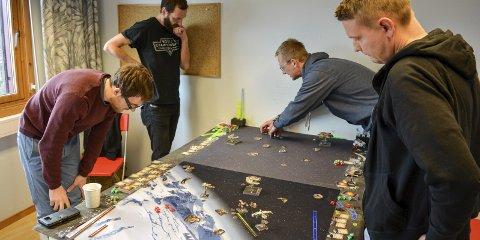 STRATEGI OG TAKTIKK: Aleksander Andersson (fra venstre), Roine Göthberg, Markus Lundin og Trond Andersen i konsentrert spill under turneringen i Verftsgata i Moss lørdag.