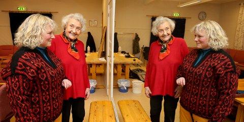 KLASSISK MØNSTER: Hilde Lund i Nordreisa husflidslag prøver en av de klassiske genserene fra Reisaflid. Margit Hansen-Krone (95) startet husflidseventyret i 1962.