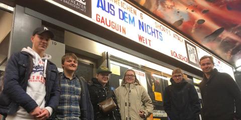 PÅ FESTIVAL:  Truls Søhagen (fra venstre), Nils Erling Hårstadsveen, Jon Magnus Huset, Mina Marie Borck, Eilif Heimdal og Thomas Bjerke foran Studio Filmtheater i Kiel, i forbindelse med finalen i Jugend Filmfest Schleswig-Holstein.