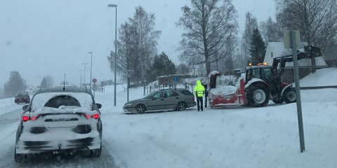 Eierne av stasjonsvognen til høyre og bilen som skimtes til venstre fikk traktorhjelp søndag.