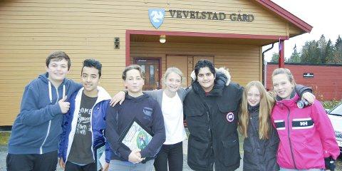 FREMSNAKK: Becijan Rizaj (14), Efe Nadir Eziz (13), Bendik Klein (13), Karoline Ytre-Eide Bjaarstad (13), Mohamed Aziz (14), Anna Waaler og Maia Almnes (13) snakker alle varmt om Lavesi fritidssenter på Langhus. ALLE FOTO: METTE KVITLE