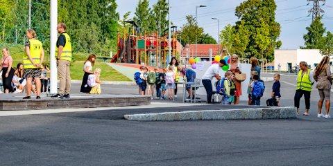 SLIPPER KARANTENE: Barn uten symptomer som er nærkontakter til smittede vil fra mandag slippe karantene. Bildet er fra skolestart på Solberg skole i august 2020.