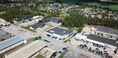 NABOER: Den lyseblå ELVIS-avdelingen (midt i bildet) på Grindalsmoen er solgt, mens Uno Marines lokaler (bak) fortsatt er til salgs. Dronefoto: Tor Bergebakken