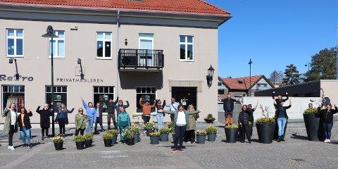 Jubler: Butikkeiere og ansatte i Rakkestad er jublende glade for at de kan åpne igjen på mandag. I front ser vi Irene Larsen, leder for Rakkestad Handelsstand og eier av Chilli.