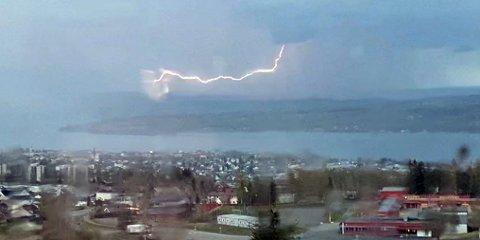 SETT FRA GJØVIK: En av OAs lesere sendte inn dette flotte bildet av lynet som lyste opp østsiden av Mjøsa.