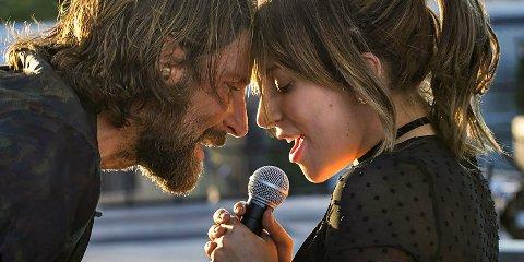 ELEKTRISK: Bradley Cooper og Lady Gaga, som har et elektrisk samspill i refilmatiseringen av A star is Born som begynner søndag.