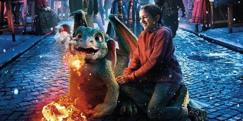 DRAGEVOKTERENS JUL: Når en flammesprutende drage krasjlander i huset hun skal feire jul i, snus alt på hodet like før jul for Sara og småbyen Kjedly.