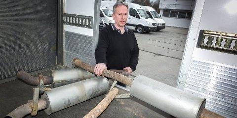 OPPGITT: Paul Bjørnevåg hos Akershus Auto sitter igjen med fem eksospotter etter at fem Mercedes Sprintere ble robbet for eksosanlegget i påsken. FOTO: KAY STENSHJEMMET