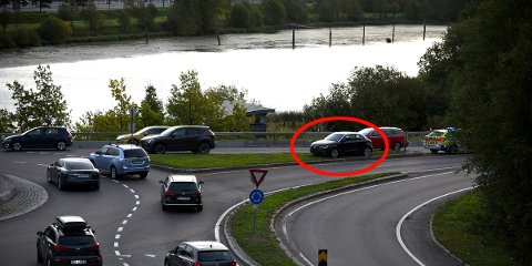 I MIDTDELEREN: Her står bilen mens den venter på berging. FOTO: VIDAR SANDNES