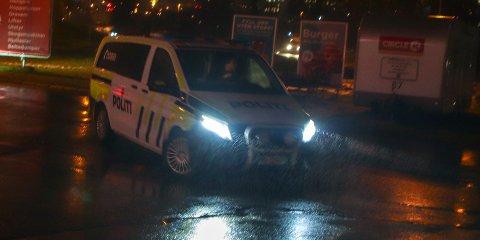 Her er politiet ferdig med å snakke med bilisten etter påkjørselen. Foto: Stian Drake