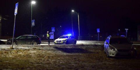 TO BILER: Her står bilene etter ulykken på Skedsmokorset.