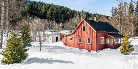 ROMERIKES BILLIGSTE: Eneboligen i Høversjøvegen i Hurdal har en prisantydning på 1.150.000 kroner.