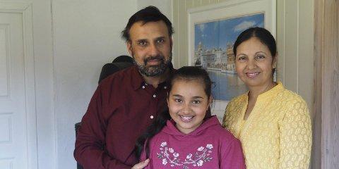 Spente: Familien til Pearl. Fra venstre pappa Ramandeep Singh Samra, Pearl Kaur Samra og mamma Mandeep Kaur gleder seg til besøket. Alle foto: Svein-Ivar Pedersen