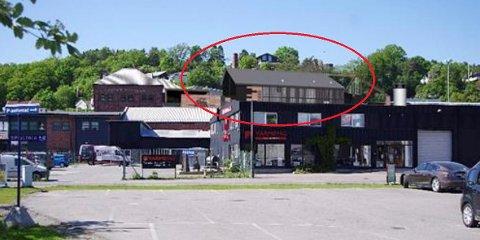 HØYERE: Det flate taket på nybygget til bryggeriet bak Rema 1000 i Kilen blir erstattet med skråtak, og vil dermed synes noe mer i terrenget. (Illustrasjon: Kvartal 19 Arkitektkontor)