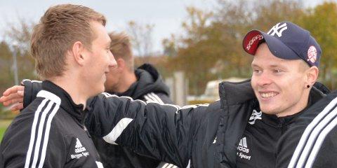 Riska-trener Simen Egeland (t.h.) tror hardtarbeidende Riska-spillere kan slå Sandnes Ulf ut av cupen.